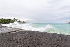 Kona港口海在大海岛挥动 免版税库存照片