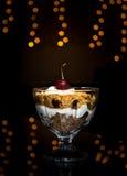 Konafa dolce con crema e la ciliegia Fotografia Stock Libera da Diritti