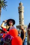 09/23/2018, Konak, mujeres de lujo de Esmirna, Turquía, Esmirna que completan un ciclo viaje foto de archivo libre de regalías