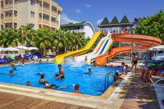 Konakli,土耳其- 2017年8月18日:与水公园的游泳池在手段热带旅馆疆土  库存图片