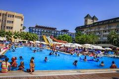 Konakli,土耳其- 2017年8月18日:游泳池在疆土度假旅馆里暑假 免版税库存图片