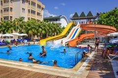 Konakli Turkiet - Augusti 18, 2017: Simbassängen med vatten parkerar i territoriet av det tropiska hotellet för semesterorten Fotografering för Bildbyråer