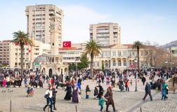 Konakvierkant met lopende mensen, Izmit, Turkije Stock Afbeelding