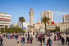 Konakvierkant met menigte van toeristen, Izmir, Turkije Stock Foto