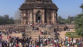 KONARK, LA INDIA - 28 DE DICIEMBRE DE 2013 La gente viene a la herencia medieval de la UNESCO, dios arruinado de Temple of Sun metrajes