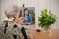 Koncensjonowany terapeuta consultating online obraz stock