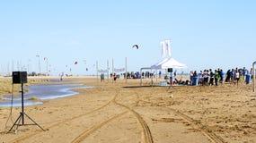 Koncentracja kitesurfers na plaży Castelldefels fotografia royalty free