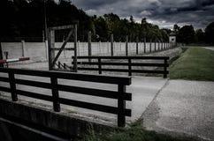 Koncentracyjnego obozu ogrodzenie Drutu kolczastego netto i elektryczny fechtunek Ludobójstwo, holokaust, wojna światowa, koncent zdjęcia stock