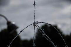 Koncentracyjnego obozu ogrodzenie Drutu kolczastego netto i elektryczny fechtunek Ludob?jstwo, holokaust, wojna ?wiatowa, koncent fotografia stock