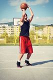 Koncentrat för basketspelare och förbereda sig för fors arkivfoto