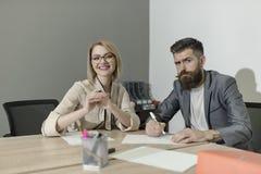 Koncentration på arbete, affärskvinnan och mannen har affärsmöte på kontorsskrivbordet Koncentration på arbetsbegreppet royaltyfria foton