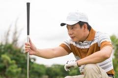 Koncentration på golf Arkivfoto
