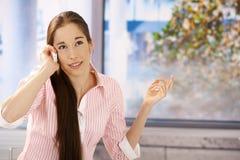 koncentrera flickatelefon för ett felanmälan Royaltyfria Foton