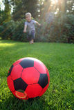 koncentrera kick för bollbarn till royaltyfri fotografi