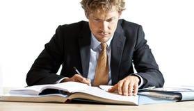 Koncentrerad affärsman som arbetar på skrivbordet Arkivbilder