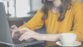 Koncentrerad dam som arbetar på rapport i det bekväma Co-arbete stället som är frilans- arkivfilmer