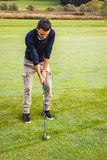 Koncentrerad golfare arkivbild