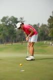 Koncentrerad golfspelare royaltyfri foto