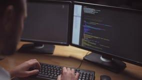 Koncentrerad handstil för programvarubärare som programmerar kod lager videofilmer