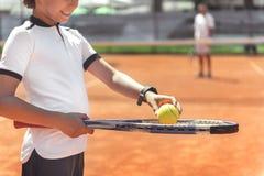 Koncentrerad pojke som får klar för grad royaltyfri fotografi
