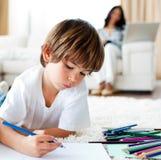 koncentrerad pojke teckna little arkivbilder