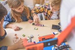 Koncentrerade barn i ljus studio Arkivbild
