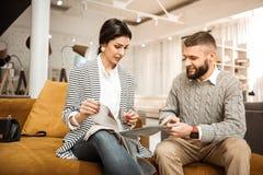 Koncentrerade beslutsamma par som kontrollerar olika stycken av tyg royaltyfri foto