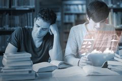 Koncentrerade studenter som arbetar samman med futuristisk manöverenhet Fotografering för Bildbyråer