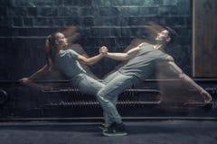 Koncentrerade unga dansare som agerar i rörelse Arkivbilder