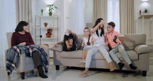 Koncentreras till den modiga modern med farmodern lyckligt f?r ungarna, medan de passerade en niv? p? en videospel, moder stock video