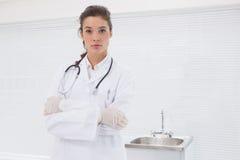 Koncentrerat doktorsanseende med stetoskopet royaltyfria foton