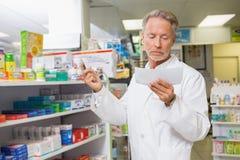 Koncentrerat läs- recept för apotekare royaltyfri bild