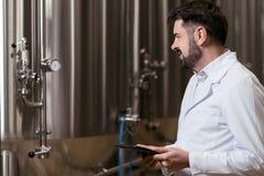 Koncentrerat mananseende i bryggeri royaltyfri foto