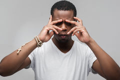Koncentrujący afroamerican facet myśleć mocno Fotografia Royalty Free