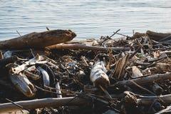 koncepcja ekologicznego Ekologia problemy planety ziemia Banialuki w miejscach odpoczynek morzem Klingeryt butelki w?r?d obraz royalty free
