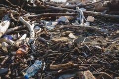 koncepcja ekologicznego Ekologia problemy planety ziemia Banialuki w miejscach odpoczynek morzem Klingeryt butelki w?r obrazy stock