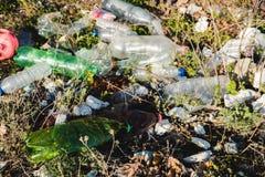 koncepcja ekologicznego Ekologia problemy planety ziemia Banialuki w miejscach odpoczynek morzem Klingeryt butelki w?r?d obraz stock