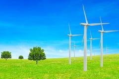koncepcja ekologii obrazów więcej mojego portfolio Wiatraczków, drzew, śródpolnego i pięknego niebo, energetyczni odnawialni źród obrazy stock