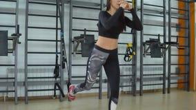 koncepcja kulowego fitness pilates złagodzenie fizycznej Młoda brunetki kobieta ćwiczy w gym zdjęcie wideo