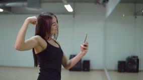 koncepcja kulowego fitness pilates złagodzenie fizycznej Młoda kobieta w sporta jednolitym robi selfie w sport sala zbiory wideo