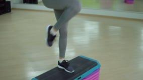 koncepcja kulowego fitness pilates złagodzenie fizycznej Młoda sporty kobieta ćwiczy w gym zbiory wideo
