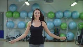 koncepcja kulowego fitness pilates złagodzenie fizycznej Młodej sportowej kobiety skokowa arkana w gym zbiory wideo