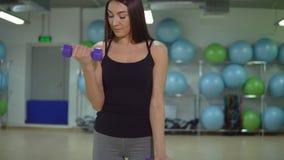 koncepcja kulowego fitness pilates złagodzenie fizycznej Młody sportsmenki szkolenie z dumbbells w gym zdjęcie wideo