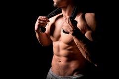 koncepcja kulowego fitness pilates złagodzenie fizycznej Mięśniowa i seksowna półpostać młody człowiek ma perfect abs, bicep i kl Zdjęcia Royalty Free