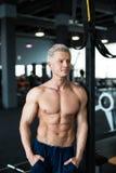 koncepcja kulowego fitness pilates złagodzenie fizycznej Mięśniowa i seksowna półpostać młody człowiek ma perfect sześć paczki ab Obraz Stock