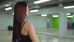 koncepcja kulowego fitness pilates złagodzenie fizycznej Piękna brunetki kobieta robi ćwiczeniom z barbell zbiory wideo