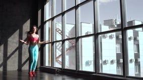 koncepcja kulowego fitness pilates złagodzenie fizycznej Zdrowy Styl życia Potomstwa odchudzają kobiety doskakiwanie z omijać ark zbiory