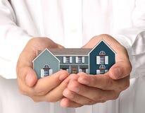 koncepcja nieruchomości w domu rąk real Obraz Stock