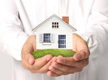 koncepcja nieruchomości w domu rąk real Zdjęcia Stock