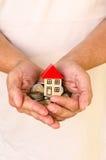 koncepcja nieruchomości w domu rąk real zdjęcie royalty free